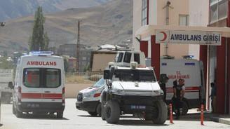 Hakkari'de askerleri taşıyan araç şarampole devrildi