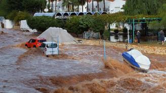 Mersin'de dereler taştı, yağmur suları ev ve iş yerlerini bastı