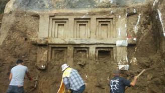 Antalya'da 2 bin 400 yıllık kaya mezarı bulundu