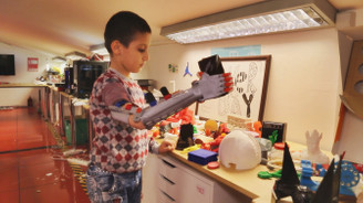25 çocuğa robot el mutluluğu