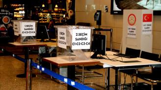 Oy sandıkları havalimanına yerleştirildi
