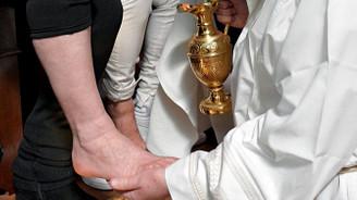 Papa mahkumların ayağını yıkadı