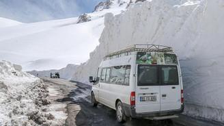 Nisanda 7 metre kar şaşırtıyor