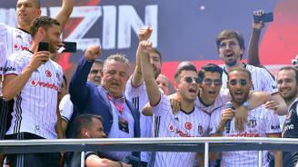 Beşiktaşlı futbolcular taraftarı coşturdu