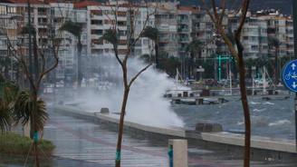 Fırtına İzmir'i vurdu