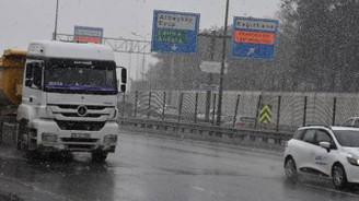 İstanbul'da kar yağışı etkisini artırdı