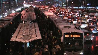 Yolcular metrobüs yoğunluğunu protesto etti