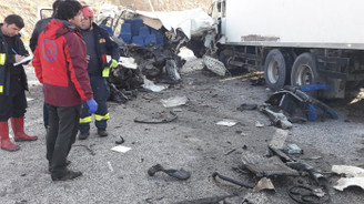 Minibüsle TIR çarpıştı: 8 ölü, 2 yaralı
