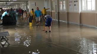 İzmir'de sağanak, hastaneyi su bastı