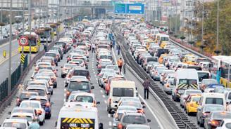 TEM'de devrilen TIR trafiği kilitledi