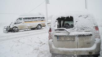 Ağrı'da öğretmenleri taşıyan minibüs kaza yaptı: 23 yaralı