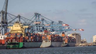 İskenderiye limanı fırtına nedeniyle kapatıldı