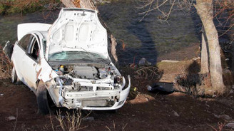 Otomobil dere yatağındaki ağaçlara çarptı: 3 ölü