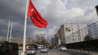 AKM önündeki büyük Türk bayrağı değiştirildi
