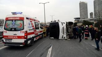 Polis servis aracı devrildi: 5 yaralı