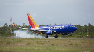 Motoru patlayan uçak acil iniş yaptı: Bir ölü, 7 yaralı