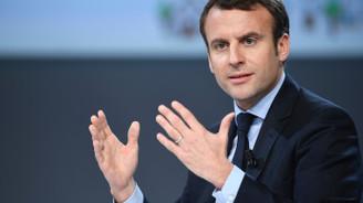 Fransa'daki protestolarda Macron'un maketi yakıldı