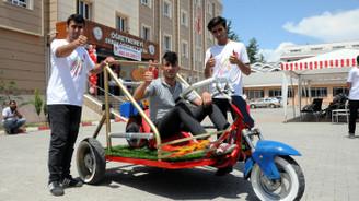Lise öğrencileri hurda parçalardan arazi aracı yaptı