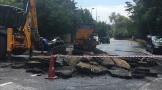 İstanbul'da sağanak nedeniyle yol çöktü