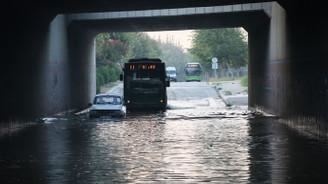 Adana'da kanal taştı, araçlar köprü altında mahsur kaldı