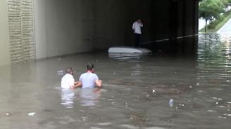 İstanbul'u şiddetli yağmur vurdu, yollar göle döndü