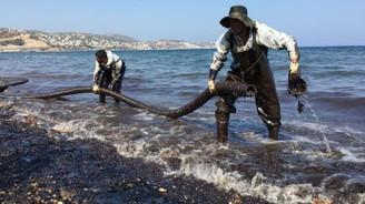 Foça'da denizi kirleten gemi tespit edildi