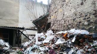İzmir'de 3 katlı metruk bina çöktü