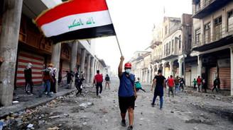 Iraklı protestocular ABD'nin Bağdat Büyükelçiliği binasının duvarını ateşe verdi