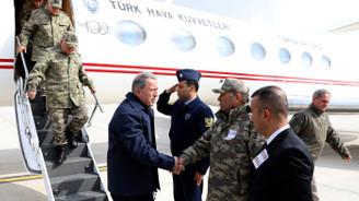 Savunma Bakanı ve komutanlar sınırda