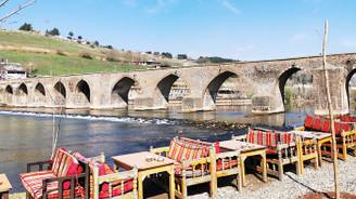 On Gözlü Köprü'de bahar kahvaltısı…