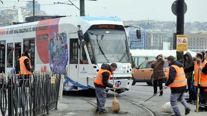 Sirkeci'de tramvay raydan çıktı