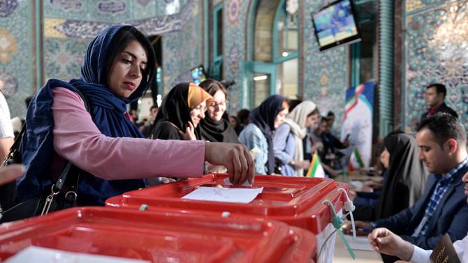 İran'da halk geleceğini oyluyor