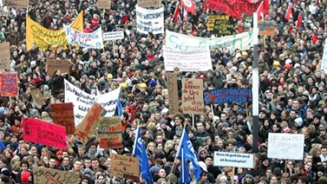 Almanya'da öğrenciler sokaklara döküldü