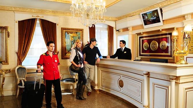 En az otel çalışanları kazanıyor