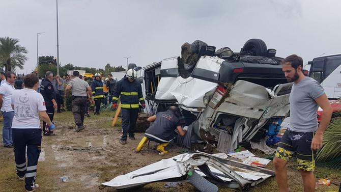 Antalya'da tur midibüsü devrildi: 3 ölü