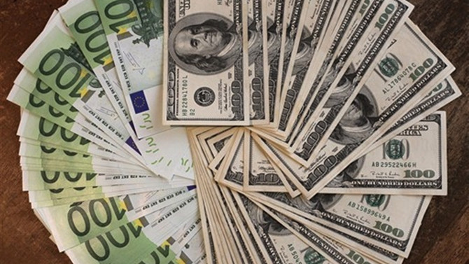 Dolar serbest piyasada3,9560'dan açıldı