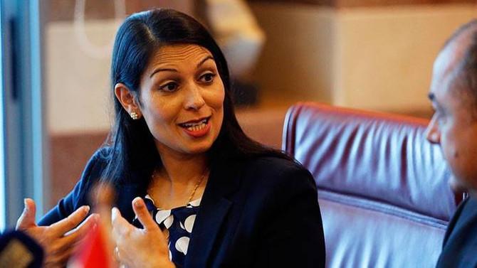 İngiliz bakan İsrail temasları için özür diledi