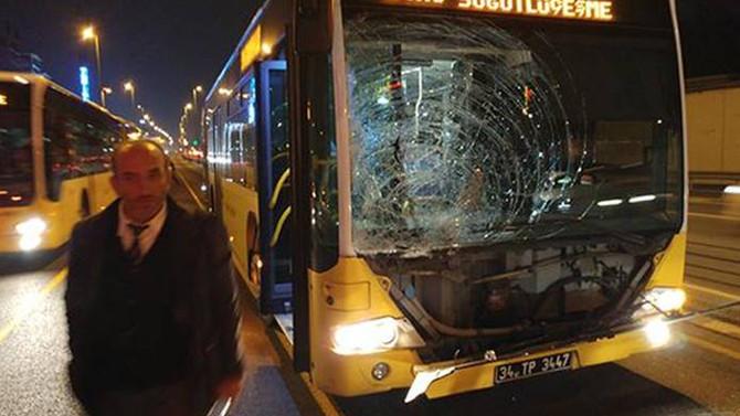 Metrobüs yayaya çarptı: 2 yaralı
