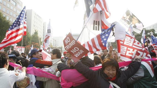 Güney Kore'de Trump karşıtları ve destekçileri arasında arbede çıktı