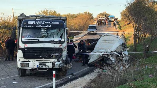 Minibüs kamyonla çarpıştı: 11 ölü