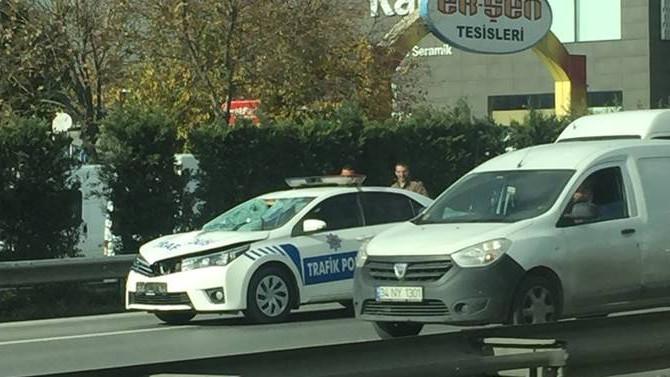 Trafik polisi, yolun karşısına geçen vatandaşa çarptı