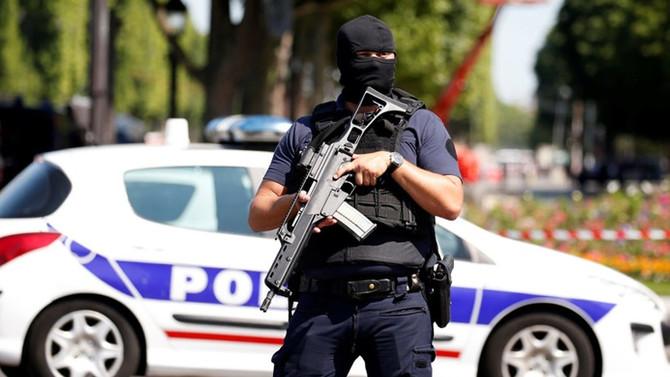 Paris'te jandarmaya saldırı girişimi