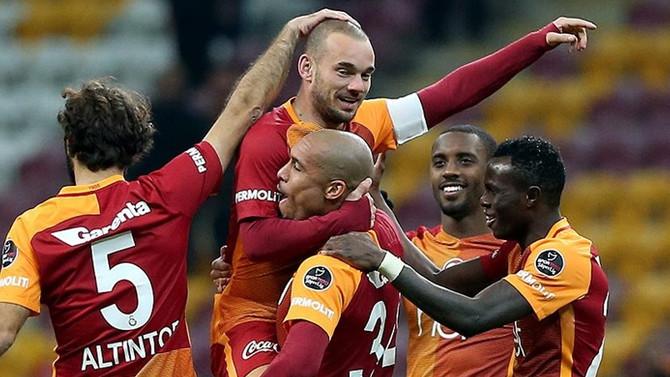 Sneijder, Van der Sar'ı yakaladı