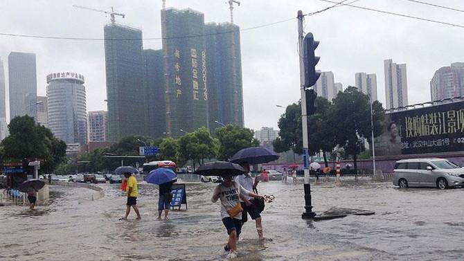 Çin'de şiddetli yağışlar hayatı felç etti: 8 ölü