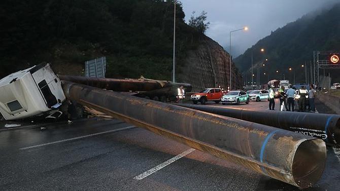 Anadolu Otoyolu'nda çelik boru yüklü tır devrildi