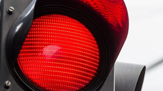 Kırmızı ışıktan geçenin ehliyetine el konulacak