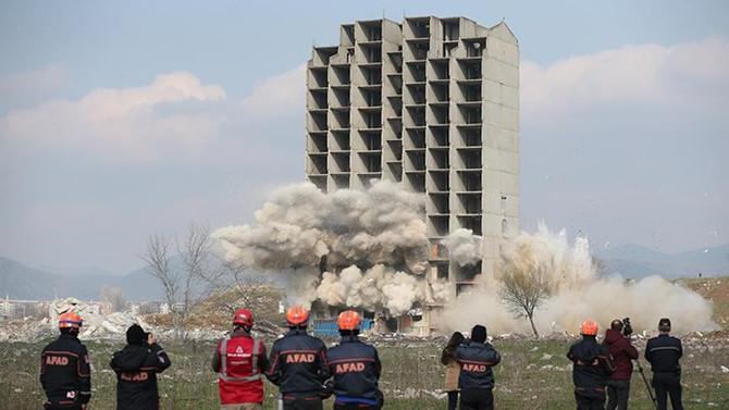 Dinamitle yıkılamayan bina kendiliğinden çöktü