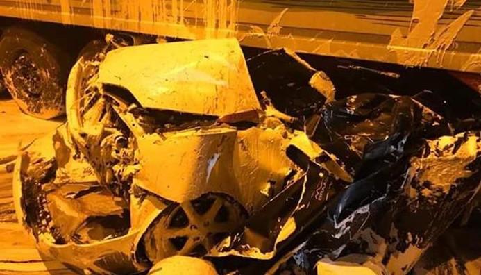 Park halindeki otomobile TIR çarptı: 4 ölü