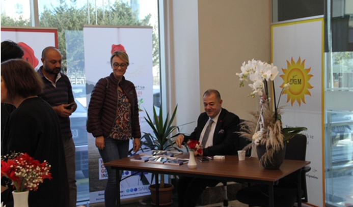 Dış ticaretçiler Dr. Hakan Çınar'ın imza gününde buluştu