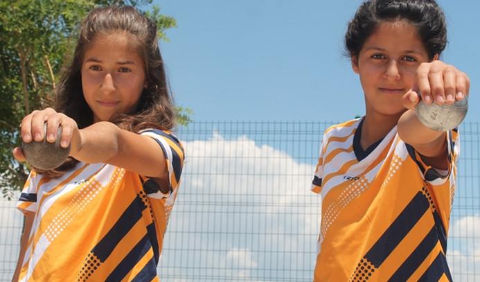 Köydeki kızların bocce şampiyonası heyecanı